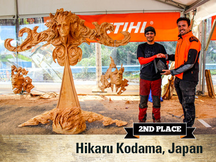 Hikaru Kodama (JAP) accepting his award from Lee Gooch (STIHL Australia) for 'Last Judgement'